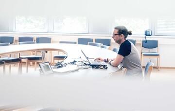 Florian Look am Laptop / digitale Medien