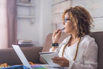 Kreatives Schreiben: Autorin mit Stift im Mund denkt nach