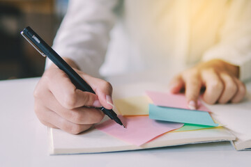 Elternarbeit: Notizen auf Zettel
