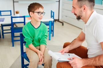 Pädagogik: Lehrer mit Kind im Gespräch