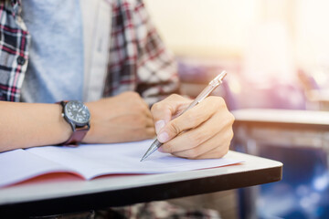 Kreatives Schreiben: Schüler schreibt in Heft