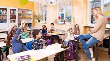 Stufenmodell: Lehrerin mit Schülern