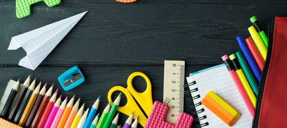 Schreibutensilien auf einem Tisch: Üben für alle Klassen in der Grundschule