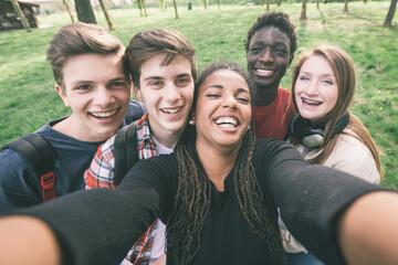 Elternarbeit: Selfie von glücklichen Schülern