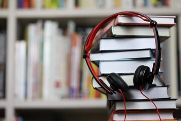 Headset über Bücherstapel