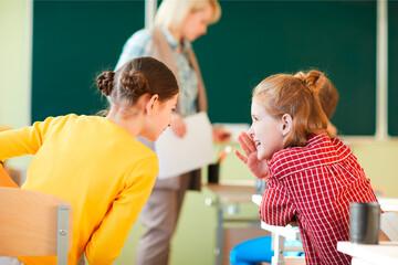 Unterrichtsstörung: Plaudernde Kinder im Unterricht