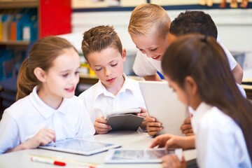 Leseförderung: Klasse mit Tablet