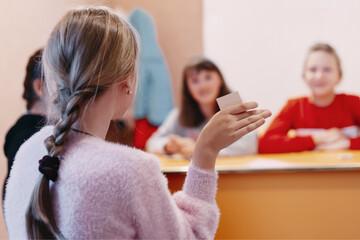 Methodik im Unterricht: Schülerin zeigt ihre Karte hoch