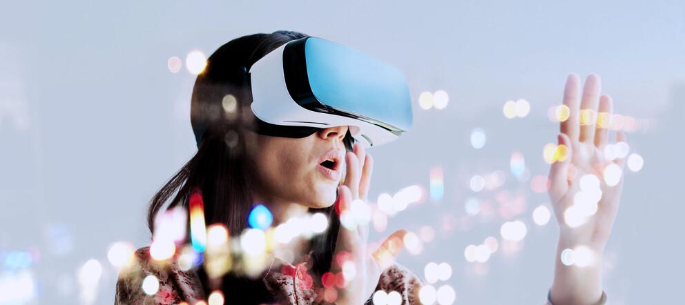 Frau mit VR Brille